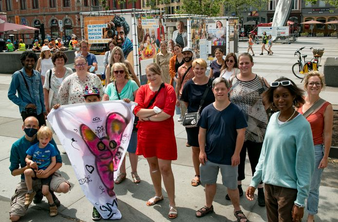 De ambassadeurs van de Iedereen Mee-campagne, bij hun portretten op het Stationsplein.