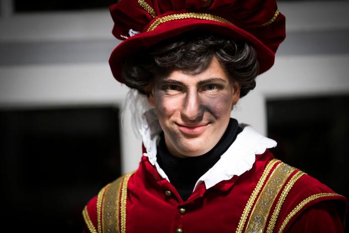Een schoorsteenpiet in een nieuwe outfit. In Amsterdam zijn de ontwerpen van de nieuwe pietenpakken gebaseerd op Spaanse edellieden uit de 16e eeuw.