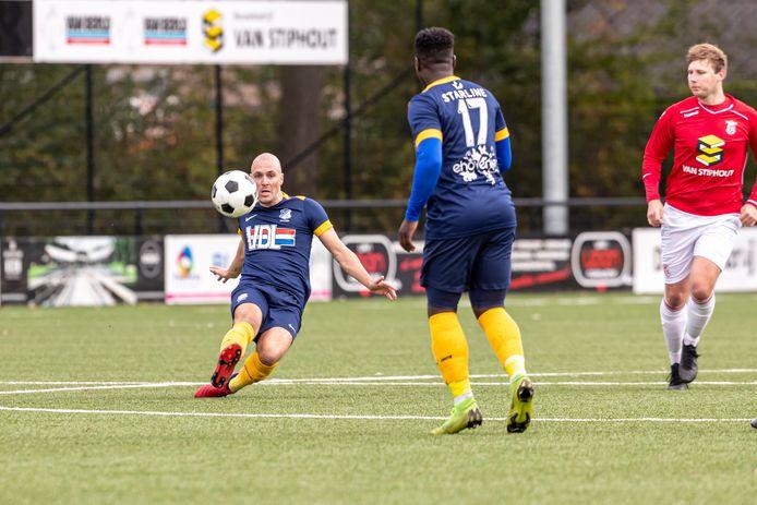 Nick van den Berk (links) in actie voor FC Eindhoven AV tegen Rhode.