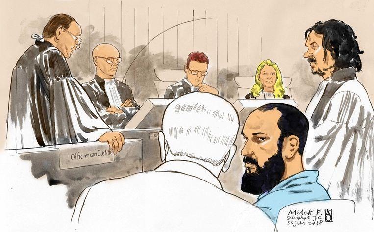 Malek F. (blauw shirt) tijdens een inhoudelijke zitting in de rechtbank op Schiphol. Beeld ANP