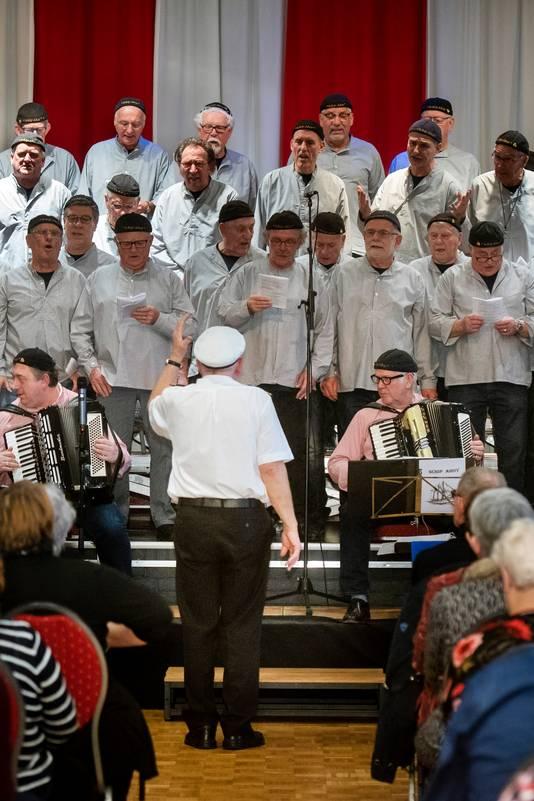 Schip Ahoy vulde zondagmiddag het dorpshuis in Angeren met hun zeemansliederen.