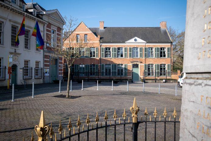 Het gemeentehuis en de Oude Dekenij aan het Kerkplein van Heist-op-den-Berg
