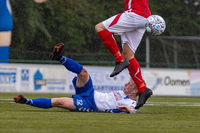 Volle bak inzet bij Urk-verdediger Iede Nentjes in de wedstrijd tegen AZSV.