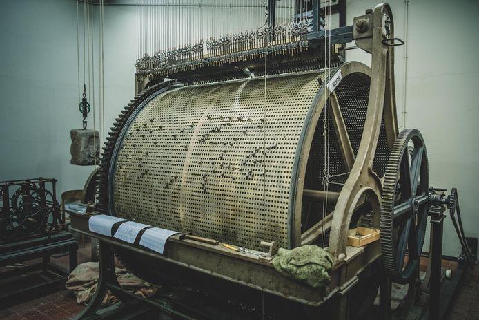 De 360 jaar oude beiaardtrommel in de Belforttoren. De pinnetjes sturen de hamers aan, die daardoor een melodie spelen op de klokken