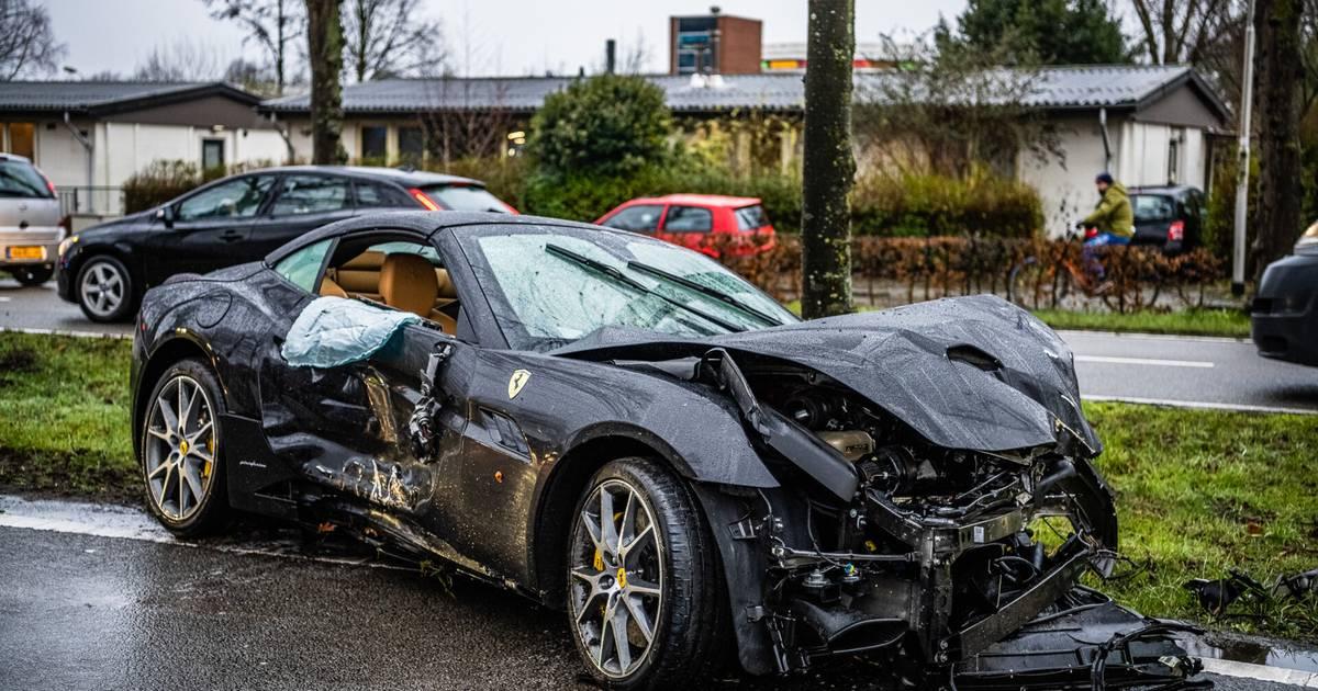 Ferrari met nieuwwaarde van ruim twee ton zwaar beschadigd na botsing in Tilburg.