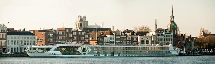 De MS 2 Inspire van rederij Scylla vaart langs de skyline van Dordrecht. Het schip vaart onder de vlag van de Amerikaanse touroperator Tauck.