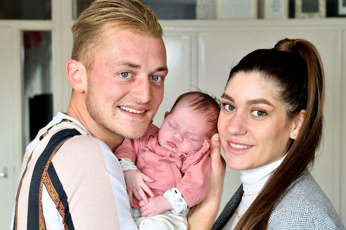 Bart Hoegen met zijn vriendin Kaylee met hun dochtertje Zoë.