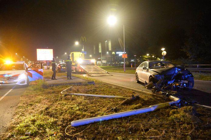 Automobilist knalt tegen lantaarnpaal in Breda.