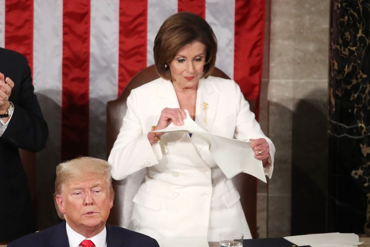 'De plunderaars waren ook op mijn schoonmoeder uit: zij symboliseert het Democratische verzet tegen Trump.' (Foto: Nancy Pelosi verscheurt Trumps speech tijdens de State of the Union.) Beeld Getty Images