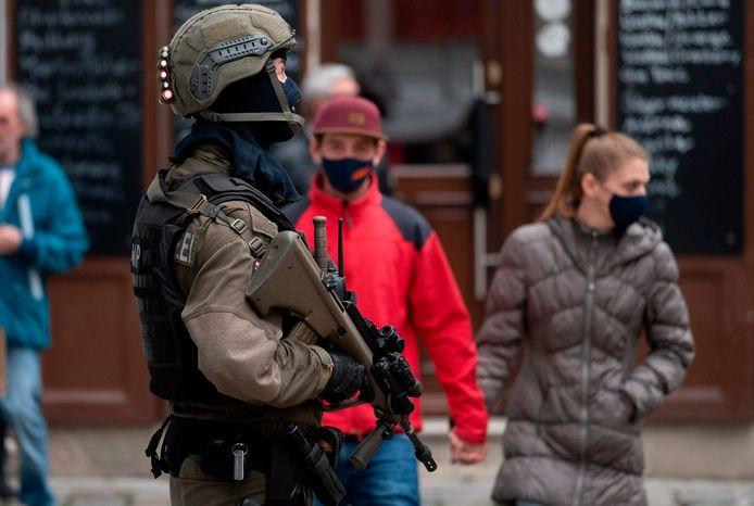 Een politieagent in Wenen nabij de plaats waar een terrorist maandag het vuur opende op voorbijgangers.