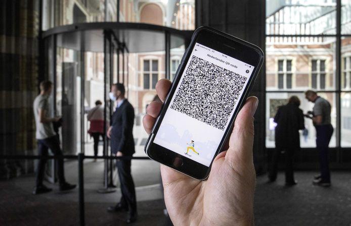 Een mobiele telefoon met de QR-code via de app CoronaCheck bij het Rijksmuseum.