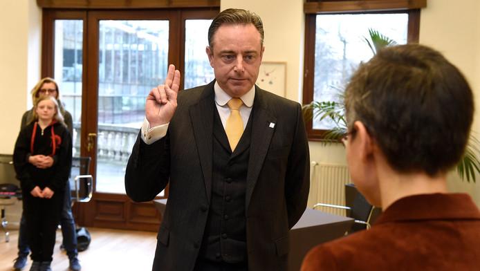 Bart De Wever a prêté serment en tant que bourgmestre d'Anvers devant la gouverneure de la province Cathy Berx, sa femme Veerle Hegge et leur fille.