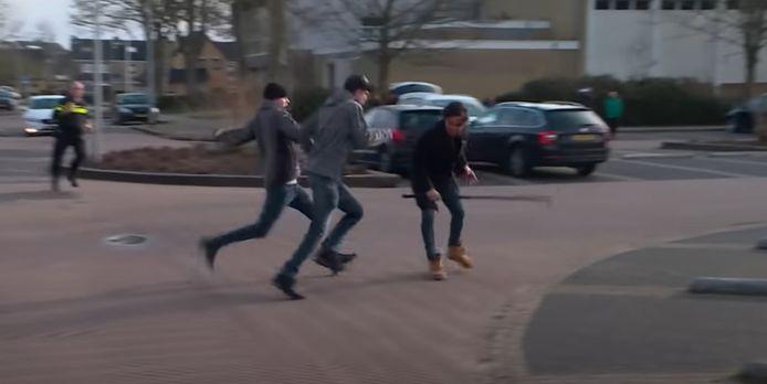 De mannen vallen Powned-verslaggever Mark Baanders aan.