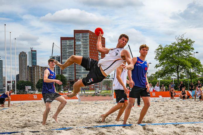 International Jasper Robben (nummer 7) uit Berkel-Enschot  is verknocht aan het Beach Handball