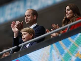 """Kleine prins George gepest door voetbalfans: """"William en Kate willen hem voorlopig uit de spotlights houden"""""""