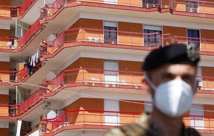 700 mensen van enkele appartementsblokken in het Italiaanse Mondragone werden opnieuw in quarantaine geplaatst.