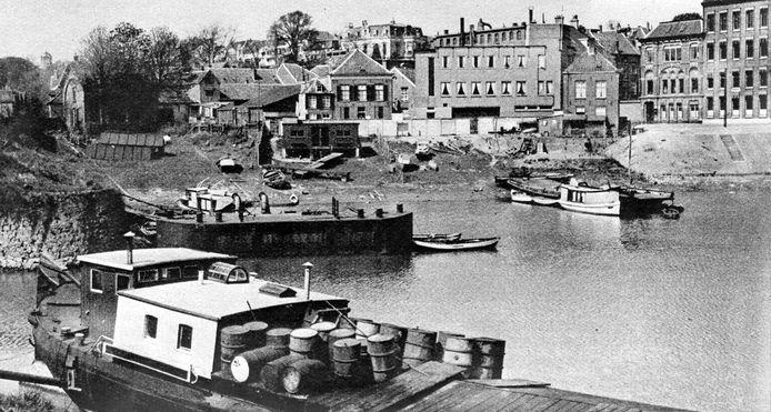 De Oude Haven, met daarachter links het nogal rommelig ogende wijkje met de Boterdijk en de Tramstraat. Rechts panden en de Stokvis-fabriek aan de Oude Kraan. De foto is in 1938 gemaakt.