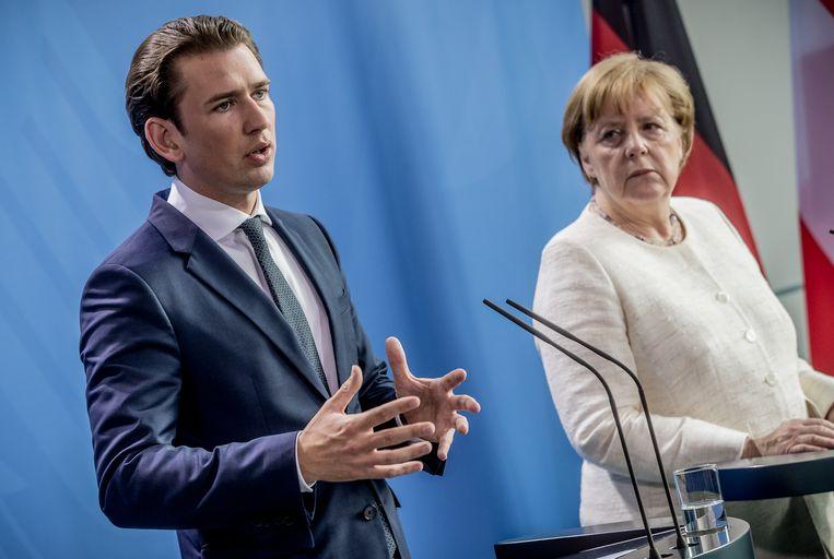 Merkel ontving gisteren de Oostenrijkse bondskanselier Sebastian Kurz, die vandaag ook met Seehofer spreekt. Beeld Michael Kappeler/dpa