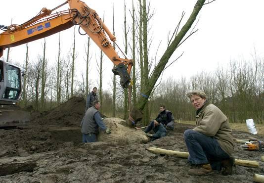 Maarten Koreman in 2004 tijdens het werk aan een hernieuwde 'Luisterplaats' één van zijn 'groene vuren', bij de Graaf Engelbrechtlaan