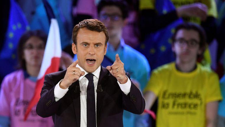 President Macron tijdens de laatste dagen van zijn campagne. Ook hij wil de noodtoestand verlengen. Beeld AFP