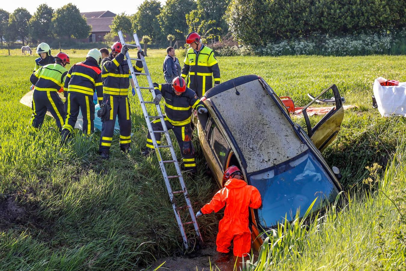 De auto belandde in Hooge Zwaluwe in de sloot.