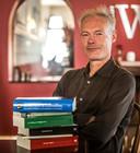 Luc Panhuysen in 2017, kort na zijn derde nominatie voor de Libris Geschiedenis Prijs, met een aantal boeken van zijn hand.