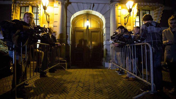 Journalisten wachten bij de deur van het Torentje.