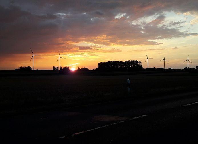 Duitse windmolens bij avondlicht.