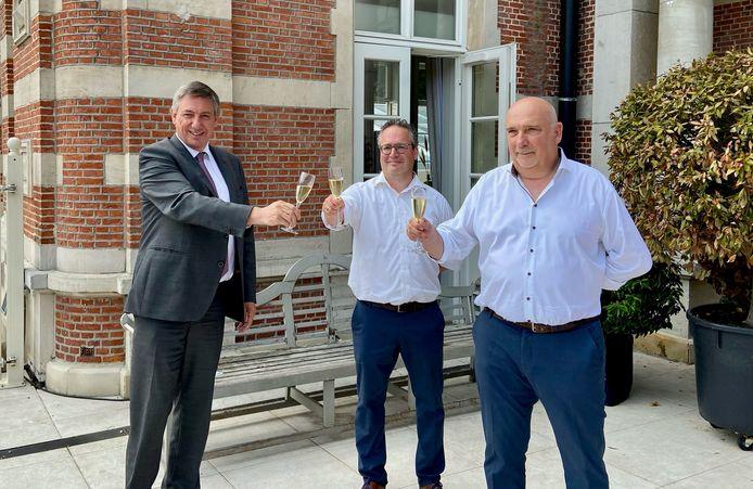 In 2026 gaat het Belgisch Kampioenschap Wielrennen voor elite mannen en elite vrouwen door in Brasschaat. Zittend burgemeester Jan Jambon (links) klinkt daarop met Stijn Caremans (midden) en Luc Mattens (rechts) van het organiserend bedrijf Basj BVBA