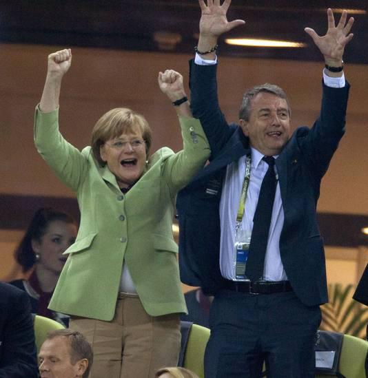 Wolfgang Niersbach (r) juicht net als Bundeskanzlerin Angela Merkel om een treffer van Duitsland op het EK.