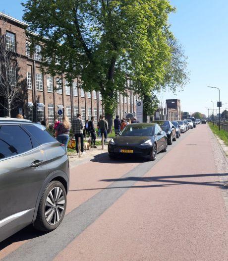 Tompoezen van Robèrt van Beckhoven mega-populair: rij van een uur in Oisterwijk