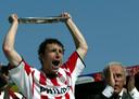 PSV viert het behalen van de landstitel in 2003: aanvoerder Mark van Bommel houdt de kampioensschaal omhoog. Rechts PSV-voorzitter Harry van Raaij. Onder zijn voorzitterschap behaalde PSV vier keer de landstitel.