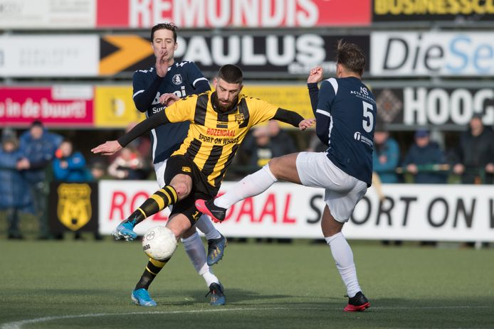 Oktay Öztürk (midden op archiefbeeld in het shirt van DVS'33) voetbalt komend seizoen bij DOVO.