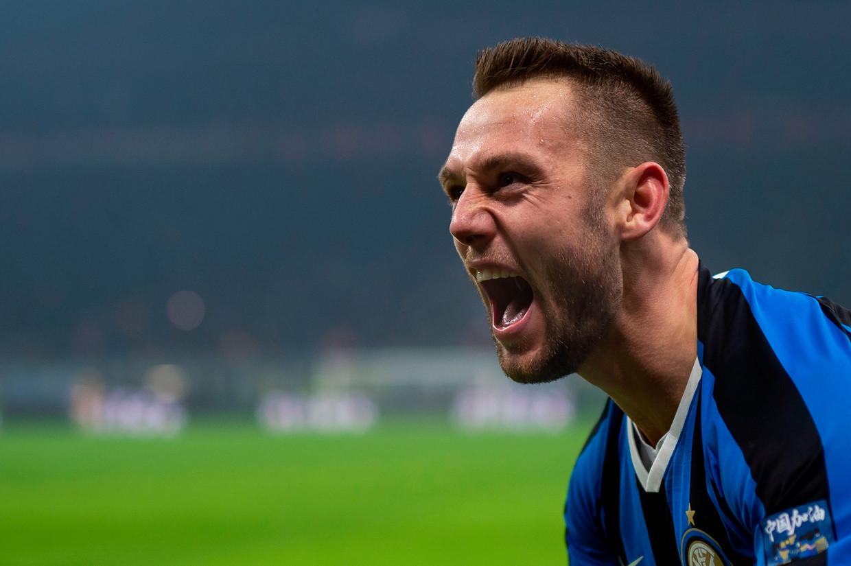 Stefan de Vrij viert zijn doelpunt in de Milanese derby tegen AC.