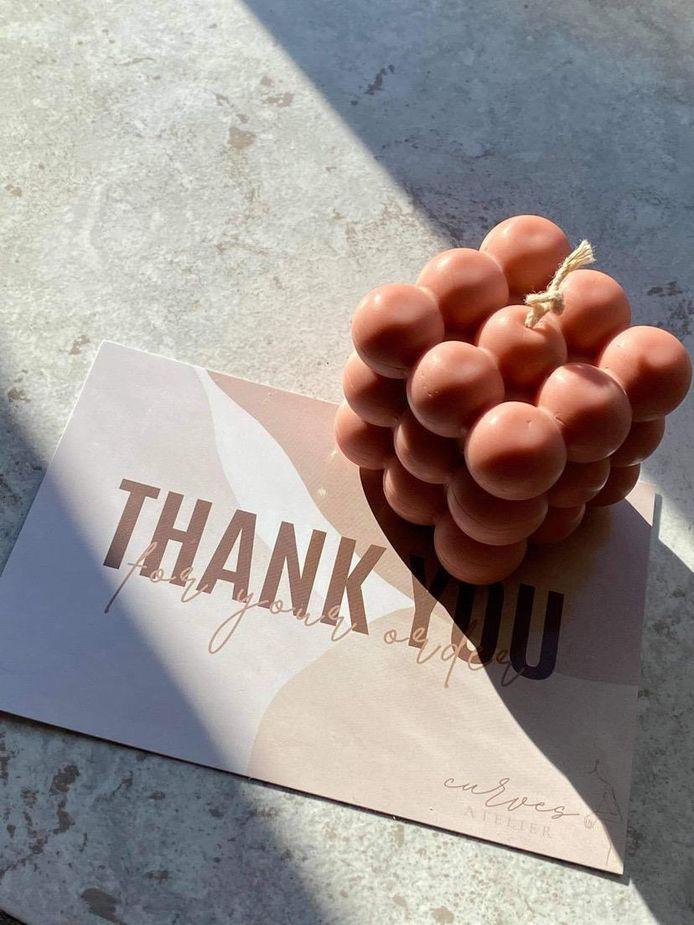 Eén van de speciale, handgemaakte kaarsen die Curves Atelier aanbiedt.