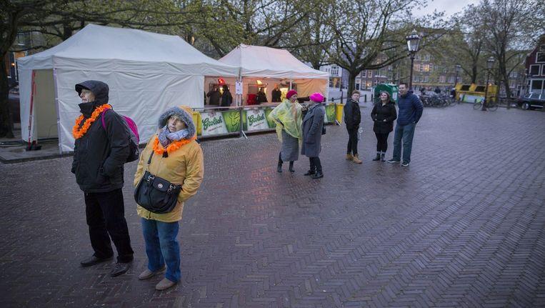 Regen op Koningsnacht in Amsterdam. Beeld Rink Hof