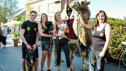 Dierenarts viert feest met klanten en huisdieren