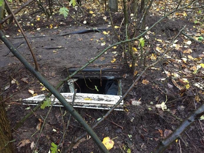 De ondergrondse ruimte bij het woonwagenkamp in Oss, waar Martien R. en zijn familie volgens Justitie criminele zaken voorbereidde.