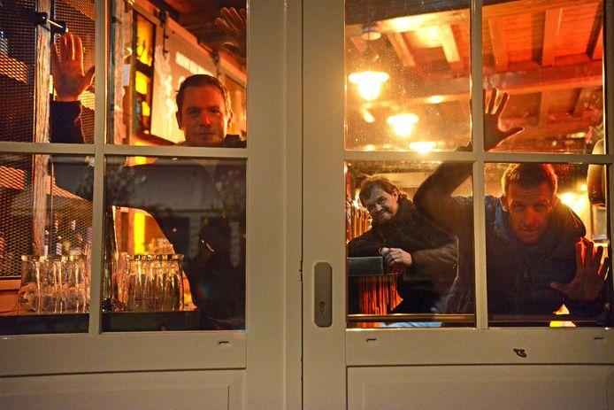 Jim Stremme (l) en Gerrit van Loon (r) laten zich vier dagen opsluiten in café De Biet van Robbert Roggeband (m). Ze zullen niet voor of door de ramen te zien zijn om een 'aanzuigende werking' op publiek te voorkomen in verband met de coronamaatregelen.