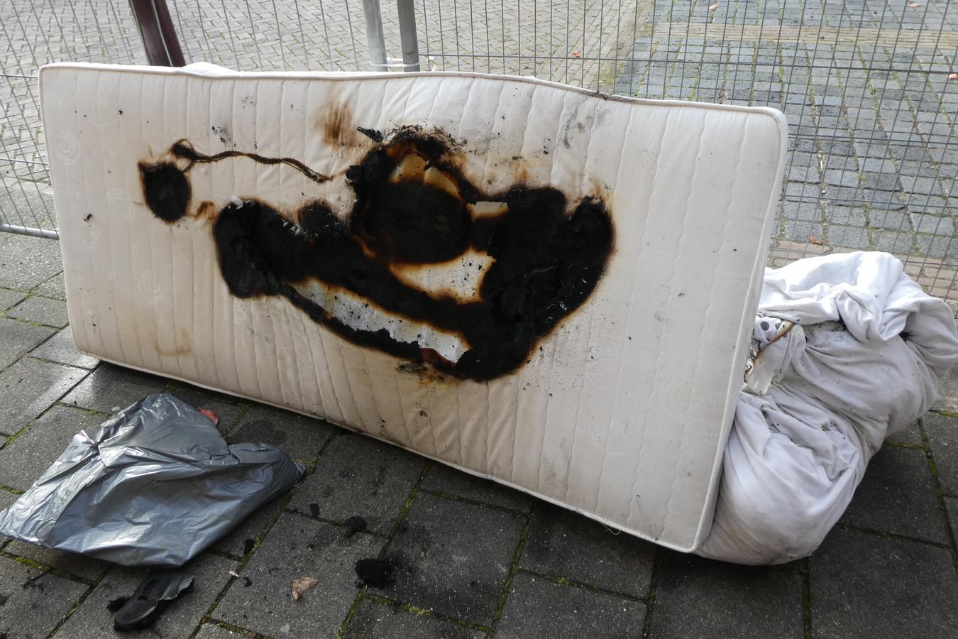 Het matras vloog in brand door een defect in een elektrische deken.