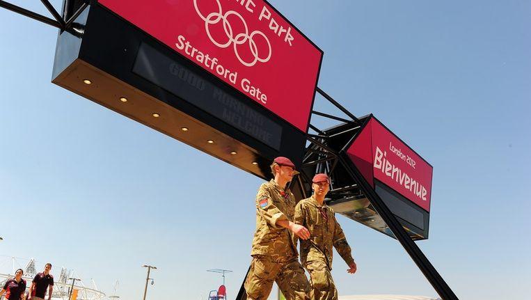 Soldaten bij hun post in het Olympisch Park in Londen. Beeld afp