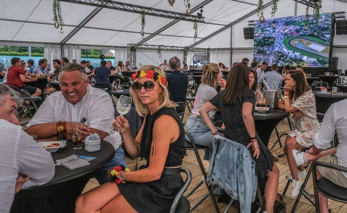 Er werd gretig ingegaan op een arrangement met lekkere hapjes en drankjes in een tent langs de Vijfseweg in Sint-Eloois-Vijve, op het terrein van Citroën-Peugeot Automotive Group Waregem