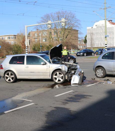 Auto knalt tegen lichtmast aan na botsing in Den Haag