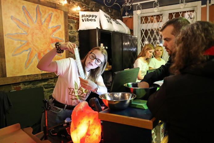 Chrissy Brun kijkt naar het cannabismenu met klanten in de Natural Vibe in St John's, Newfoundland and Labrador, Canada.