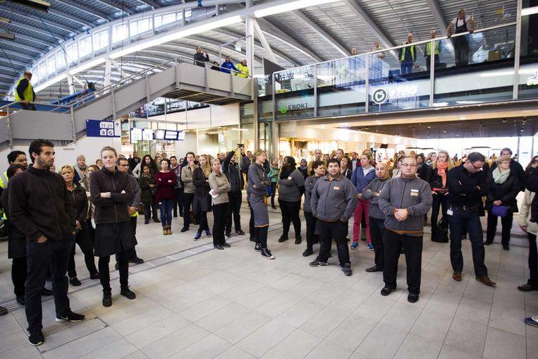 Reizigers op Utrecht CS houden een minuut stilte ter nagedachtenis van de slachtoffers van de aanslagen in Parijs. Beeld anp