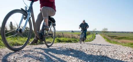 Voorlopig geen alternatief voor wegen en dijken met restjes plastic, zegt ook waterschap