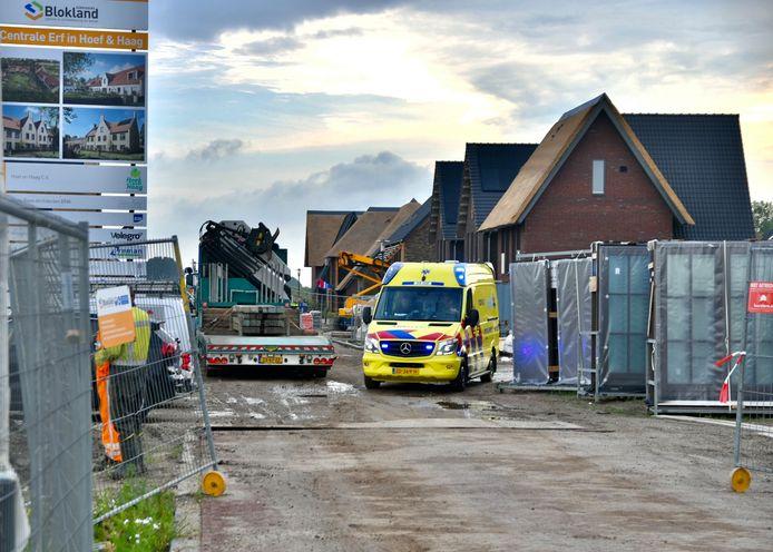 De bouwvakker moest met een ambulance naar het ziekenhuis worden gebracht.