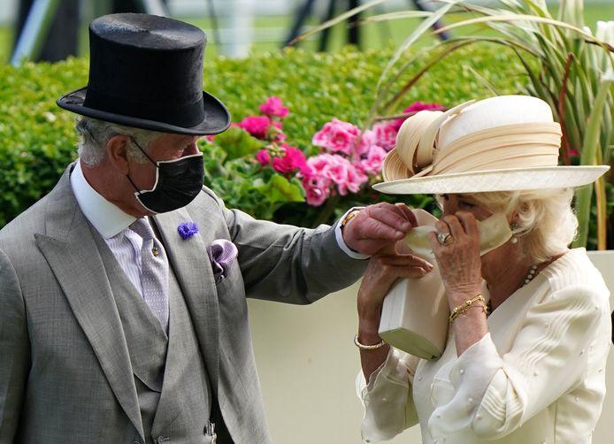 Charles helpt Camilla met haar mondmasker