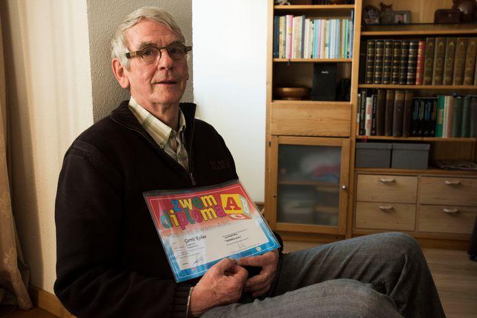 Gerrit Kobes haalde op 69-jarige leeftijd nog zijn zwemdiploma.