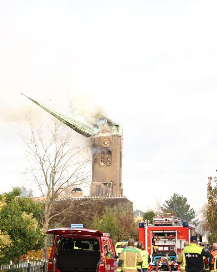 De kerktoren van Hoogmade stort in